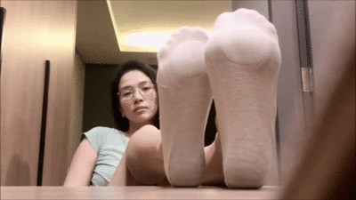 Asian Goddess Li Shows Off Her Barefeet
