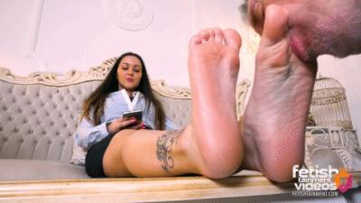 Turkish Mistress Melis lets him lick her bare feet