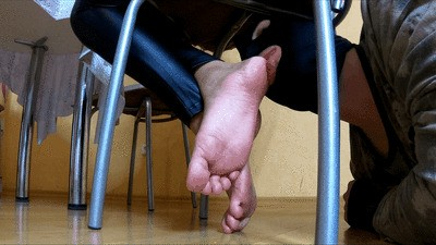 MIA - Lick my feet while I'm chatting (mp4)